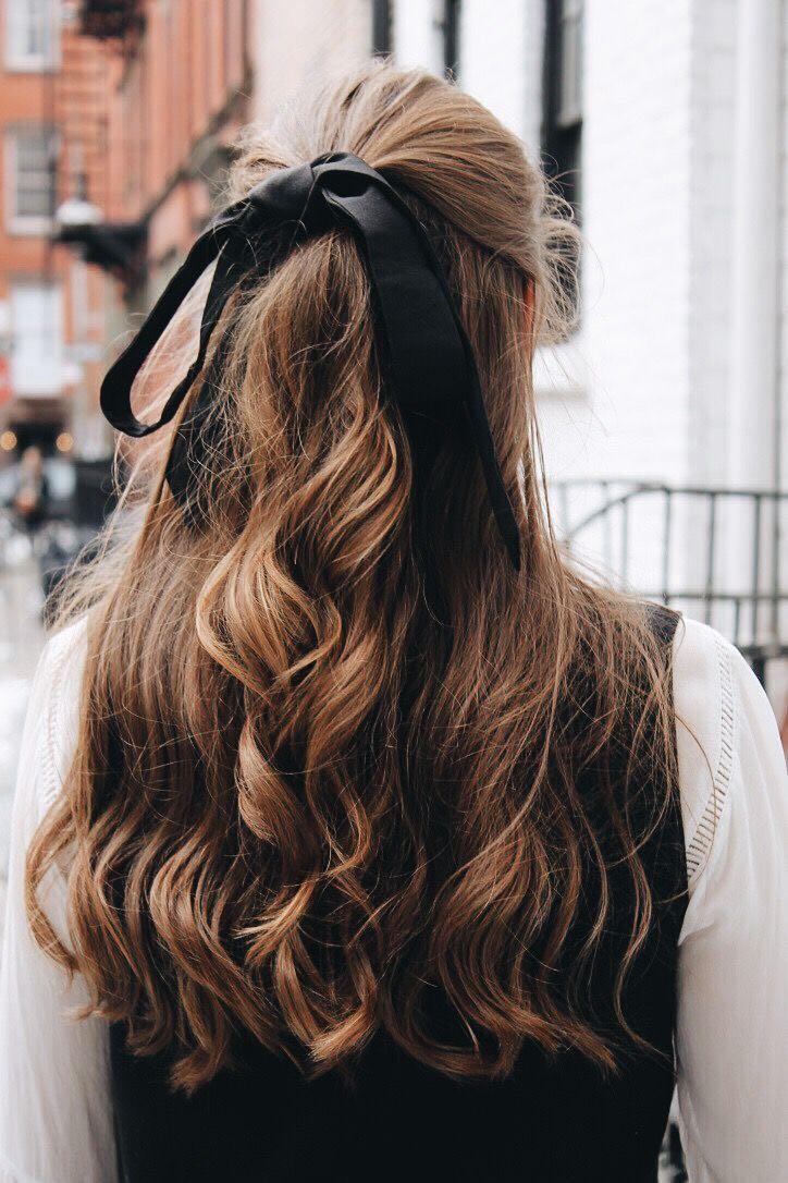 capelli legati con un fiocco
